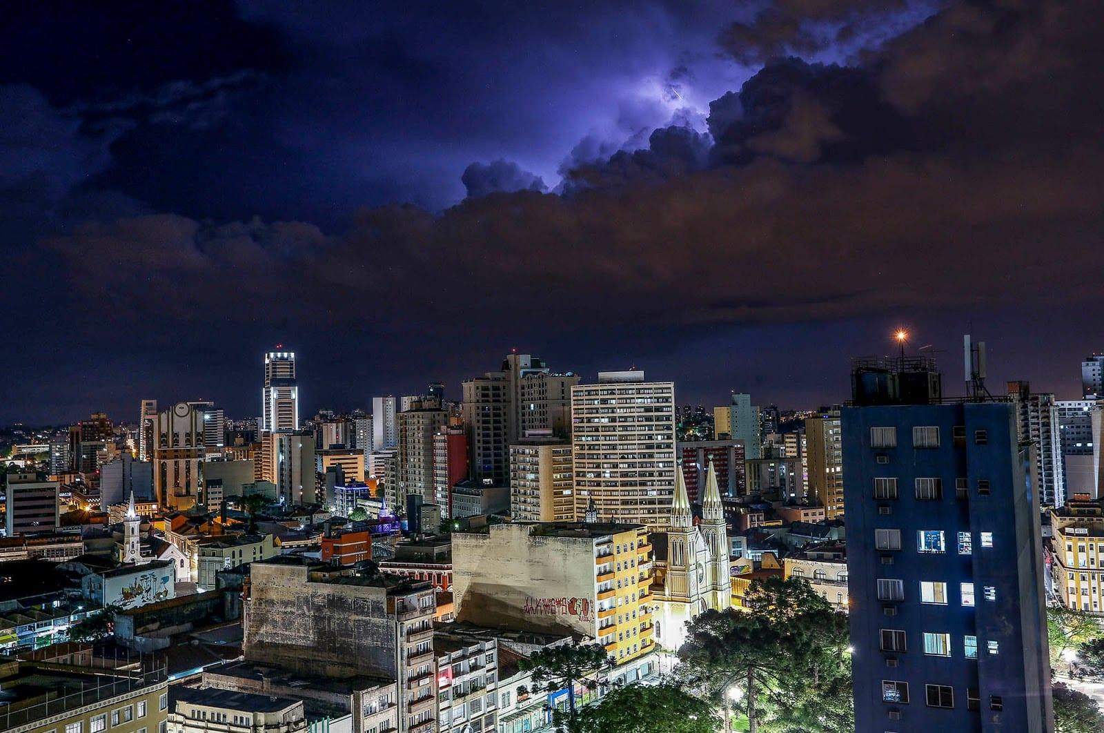 Noite de raios durante temporal de verão na região central de Curitiba - Foto: Daniel Castellano / SMCS