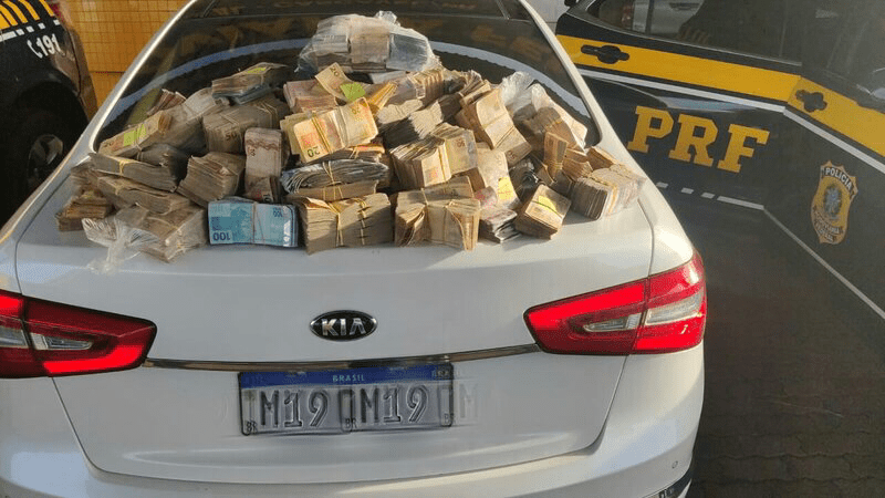 R$ 1,26 milhão em espécie encontrado no carro do casal. Foto:PRF/divulgação