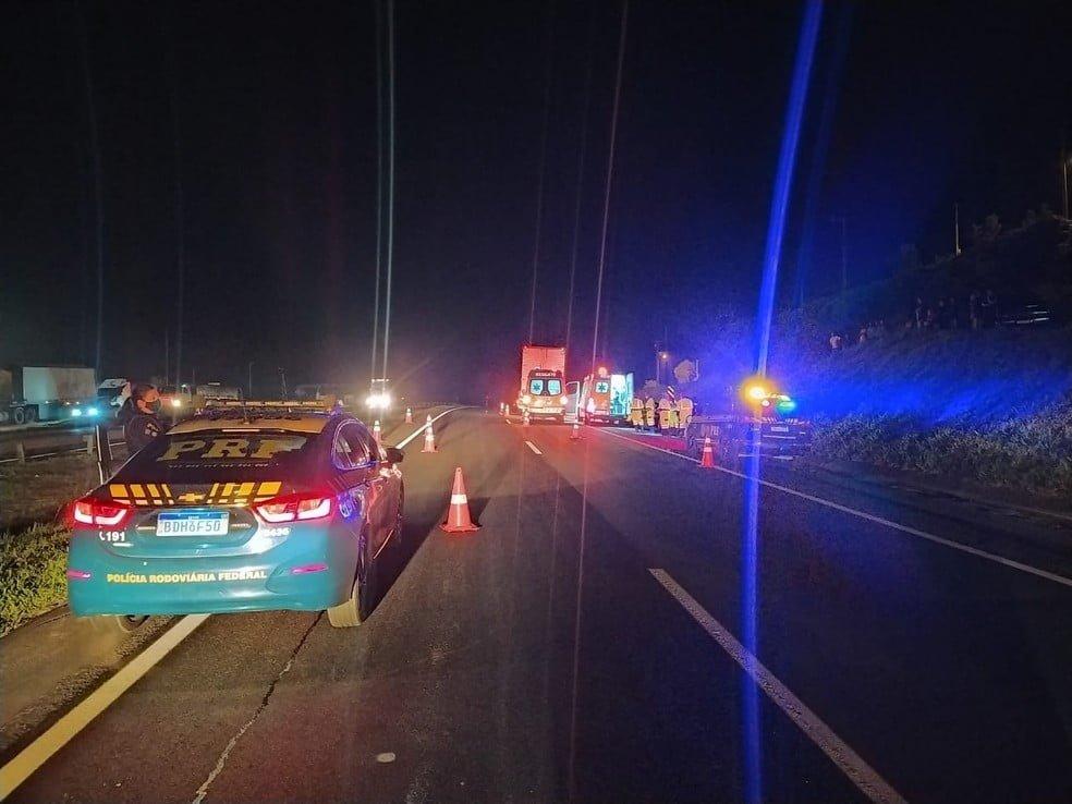 As vítimas foram atropeladas enquanto arrumavam o pneu do carro/ Foto: Divulgação/PRF