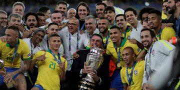 Bolsonaro é o maior apoiador da Copa América no Brasil. Na foto ele posa com a seleção em 2019 - Foto: Arquivo / EBC