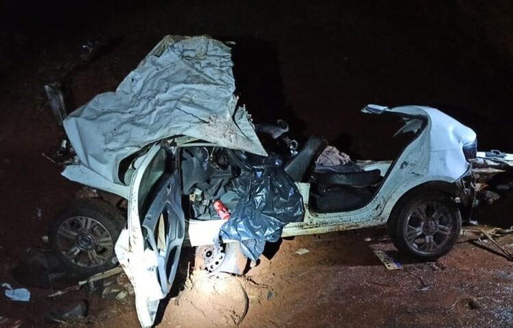 O carro das vítimas ficou destruído. Foto: PRF/Divulgação