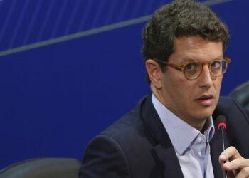 O Ministro do Meio Ambiente, Ricardo Salles,  fala à imprensa, após reunião com os integrantes do Centro de Operações - Foto: EBC