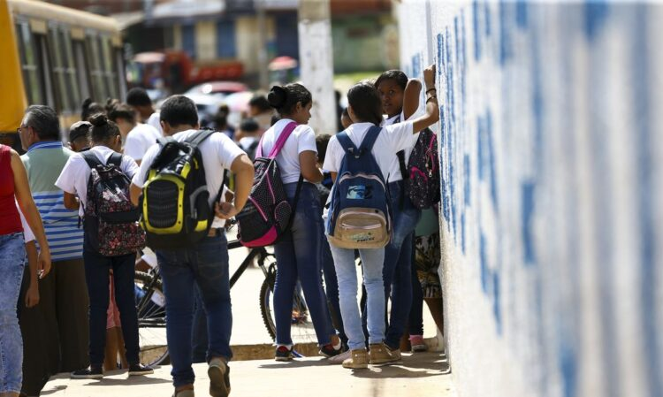Alunos saindo de escola na Estrutural, no Distrito Federal - Foto: EBC